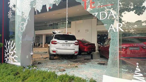 Một phụ nữ lái ôtô vào showroom này lại lao vào showroom kia, một người nguy kịch - Ảnh 1.