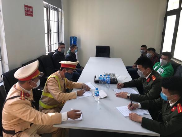 Tóm gọn taxi chở 4 người Trung Quốc nhập cảnh trái phép - Ảnh 2.