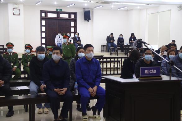 Xét xử cựu giám đốc CDC Hà Nội và đồng phạm nâng giá máy xét nghiệm COVID-19 - Ảnh 2.