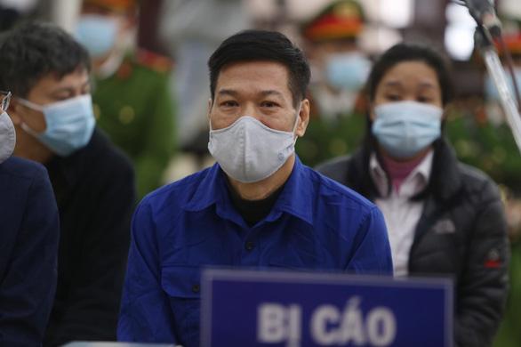 Xét xử cựu giám đốc CDC Hà Nội và đồng phạm nâng giá máy xét nghiệm COVID-19 - Ảnh 1.