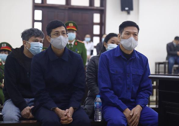 Cựu giám đốc CDC Hà Nội bị đề nghị 10-11 năm tù vì nâng khống giá máy xét nghiệm - Ảnh 2.