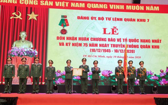 Lực lượng vũ trang Quân khu 7 nhận Huân chương Bảo vệ Tổ quốc hạng nhất - Ảnh 1.