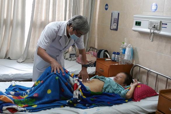 Hơn 3 tiếng mổ lấy khối u 4,5kg như bà bầu 8 tháng - Ảnh 1.