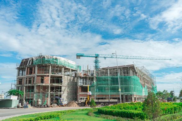 Sắp cất nóc nhà phố Ha Tien Centroria - Ảnh 1.