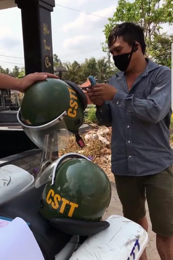 Đồng Nai tạm đình chỉ 2 lãnh đạo đội cảnh sát giao thông để xác minh clip tố cáo 'xe gửi sếp - Ảnh 1.