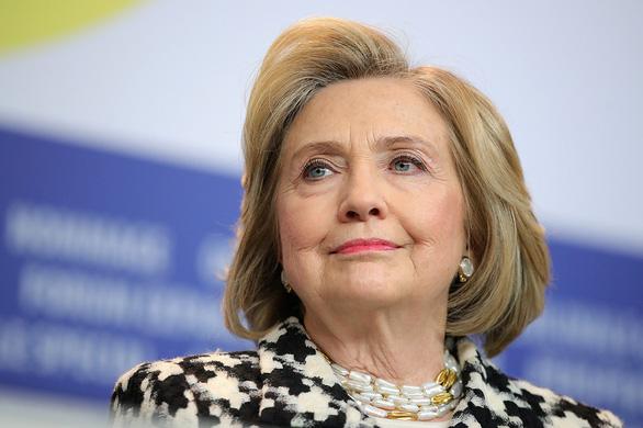 Bà Hillary chê nghị sĩ Cộng hòa ẻo lả, ví Trump như hoàng đế ở truồng - Ảnh 1.