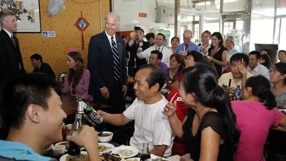 Quán mì ông Biden từng ăn ở Bắc Kinh 9 năm trước nay nổi như cồn, thêm món ăn 'Biden' thumbnail