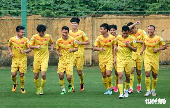 Quang Hải bị đau, bỏ dở buổi tập của tuyển Việt Nam - Ảnh 1.