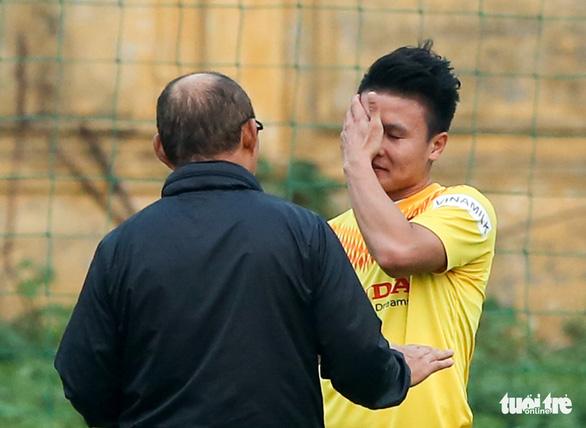 Quang Hải bị đau, bỏ dở buổi tập của tuyển Việt Nam - Ảnh 2.