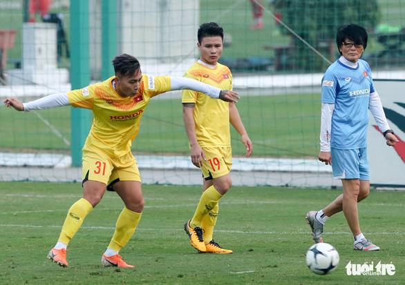 Quang Hải bị đau, bỏ dở buổi tập của tuyển Việt Nam - Ảnh 3.