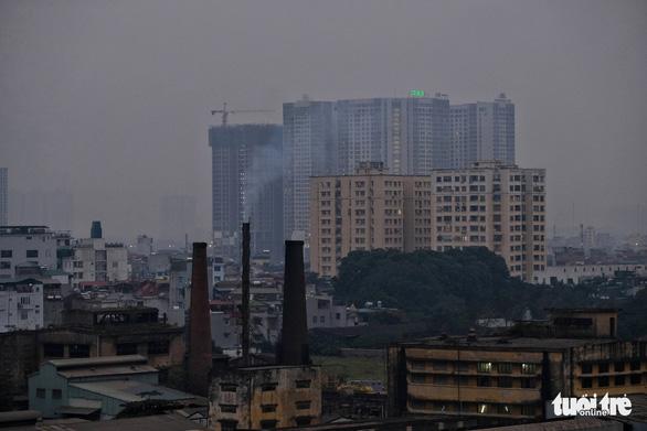 Hà Nội ô nhiễm: nên hạn chế ra ngoài buổi đêm và sáng sớm - Ảnh 1.