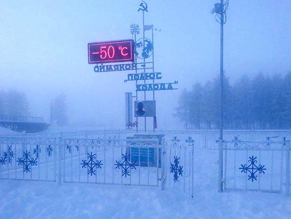 Trẻ em ở nơi lạnh nhất thế giới đi học trong băng giá -50 độ C - Ảnh 1.