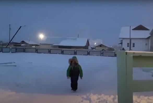 Trẻ em ở nơi lạnh nhất thế giới đi học trong băng giá -50 độ C - Ảnh 3.