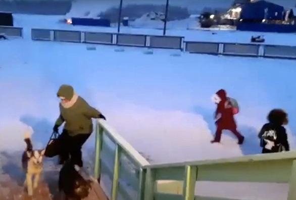 Trẻ em ở nơi lạnh nhất thế giới đi học trong băng giá -50 độ C - Ảnh 4.