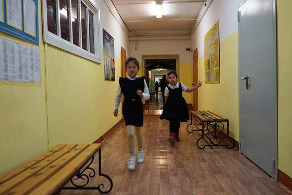 Trẻ em ở nơi lạnh nhất thế giới đi học trong băng giá -50 độ C - Ảnh 9.