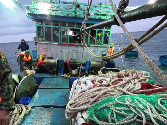 Kịp thời cứu hộ tàu cá sắp chìm cùng 12 ngư dân - Ảnh 1.
