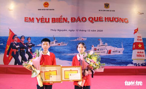 Đôi bạn cùng lớp giành giải nhất và nhì cuộc thi tìm hiểu biển đảo - Ảnh 1.
