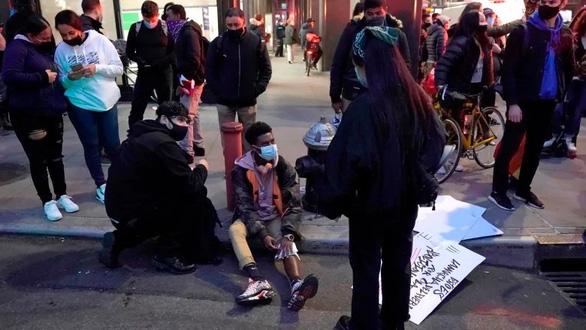 Tông xe vào đám đông biểu tình ở New York, nhiều người bị thương - Ảnh 3.