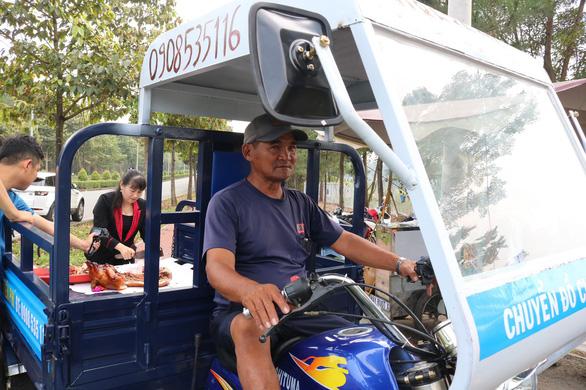 Ông Minh cô đơn tặng 3 xe máy cho sinh viên sau khi được tặng xe mới - Ảnh 1.