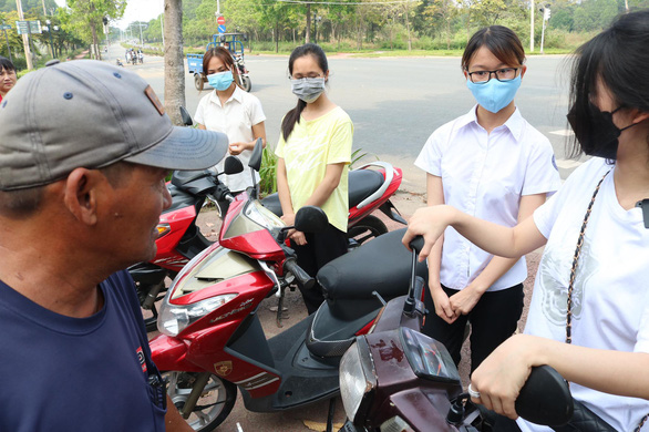 Ông Minh cô đơn tặng 3 xe máy cho sinh viên sau khi được tặng xe mới - Ảnh 2.