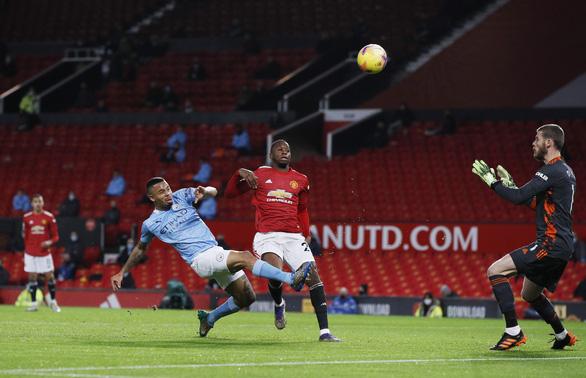 'Man đỏ' và 'Man xanh' bất phân thắng bại tại Old Trafford - Ảnh 1.