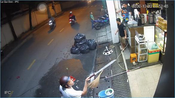 Thanh niên đánh vợ cắm đầu, dọa chém nhóm nhân viên bị xử lý hành chính - Ảnh 2.