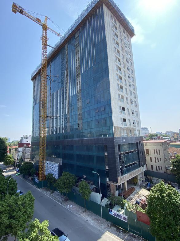 Chủ đầu tư tòa nhà 8B Lê Trực đã nhận công trình sau cưỡng chế - Ảnh 1.