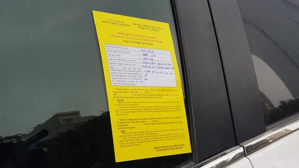 Cảnh sát giao thông Hà Nội dán thông báo phạt nguội trên kính ôtô - Ảnh 2.