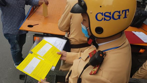 Cảnh sát giao thông Hà Nội dán thông báo phạt nguội trên kính ôtô - Ảnh 3.
