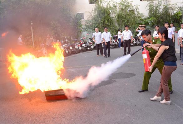 Từ ngày 1-1-2021, thí điểm giao dân phòng, dân phố tham gia chữa cháy - Ảnh 6.