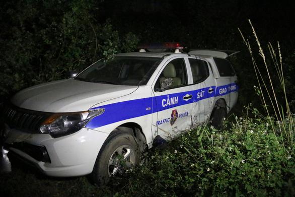 Tài xế say rượu, húc xe cảnh sát giao thông văng ra vệ đường - Ảnh 1.