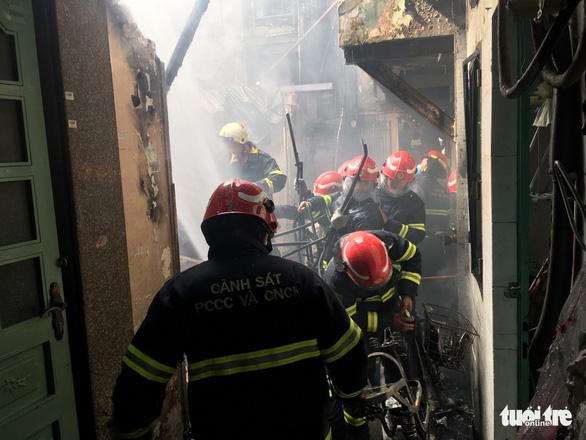 Cháy nhà trong hẻm, người dân nháo nhào tháo chạy thoát thân - Ảnh 1.