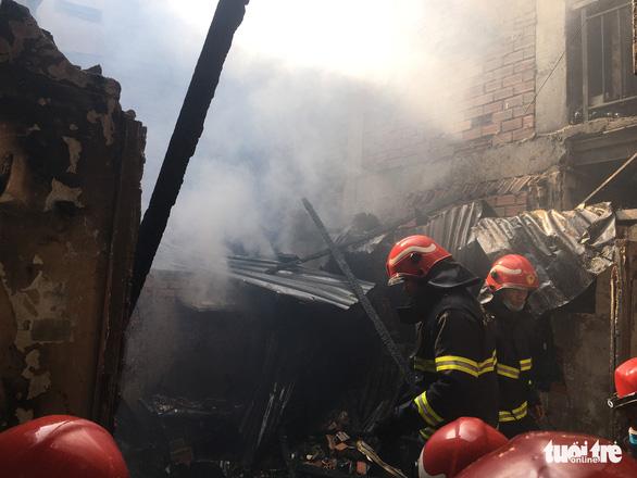 Cháy nhà trong hẻm, người dân nháo nhào tháo chạy thoát thân - Ảnh 2.