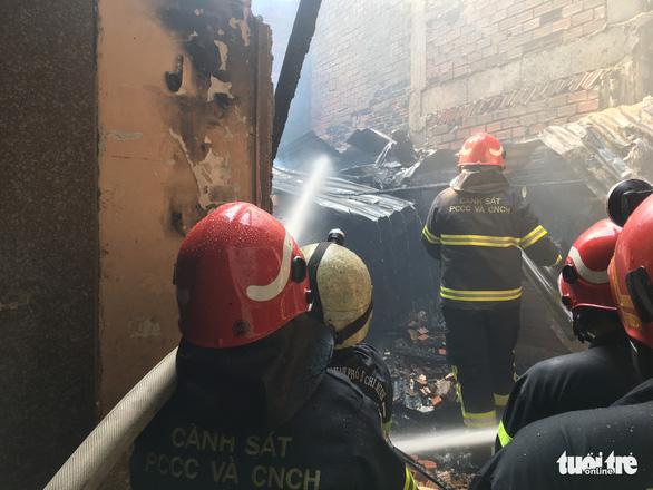 Cháy nhà trong hẻm, người dân nháo nhào tháo chạy thoát thân - Ảnh 4.