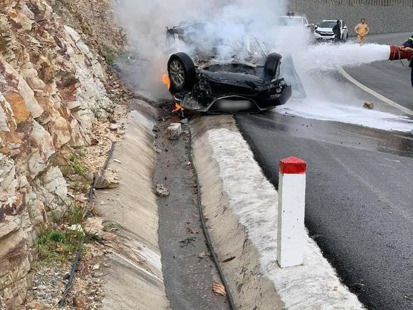 Ôtô lao vào sườn đồi lật ngửa rồi bốc cháy dữ dội, tài xế tử vong trong xe - Ảnh 1.