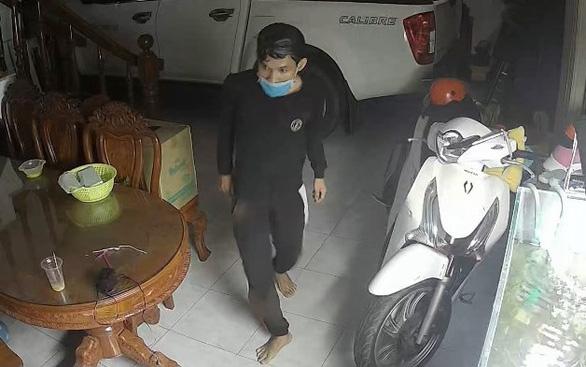 Hai tên trộm trèo bancông viếng thăm gia chủ lấy nhiều tài sản - Ảnh 2.