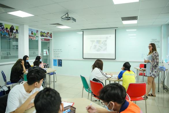 Giáo viên có điểm IELTS 8.0 vẫn chưa đủ điều kiện dạy ở Việt Nam! - Ảnh 1.