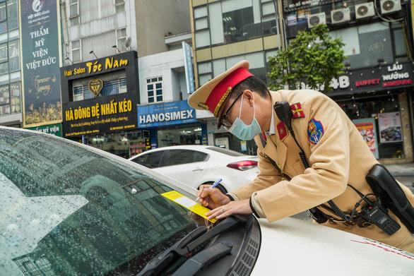 Bị dán thông báo phạt nguội trên kính, nhiều chủ ôtô ngỡ ngàng - Ảnh 3.