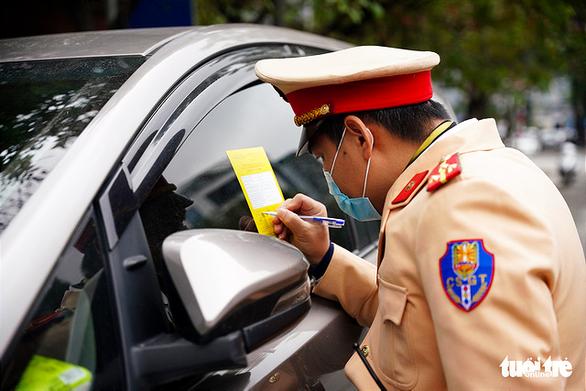 Hà Nội dán phạt nguội 166 ôtô trong 1 ngày, nếu chủ xe không tới sẽ mạnh tay hơn - Ảnh 1.