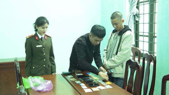 Giả làm nhân viên sân bay Tân Sơn Nhất để lừa đảo hơn 400 tỉ - Ảnh 1.