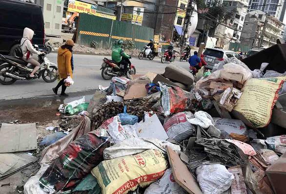 Hà Nội trả thêm gần 600 tỉ thu gom rác ngoài hợp đồng - Ảnh 1.