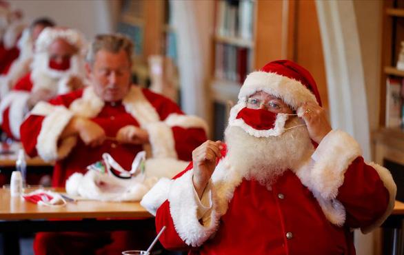 Giáng sinh năm COVID và nỗi lo ông già Noel siêu lây nhiễm - Ảnh 1.