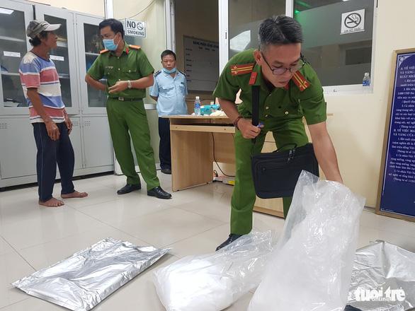 Hải quan An Giang tiếp nhận lại 31kg bột không phải là ma túy - Ảnh 1.