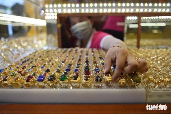 Giá vàng nhẫn leo nhanh hơn vàng miếng - Ảnh 1.