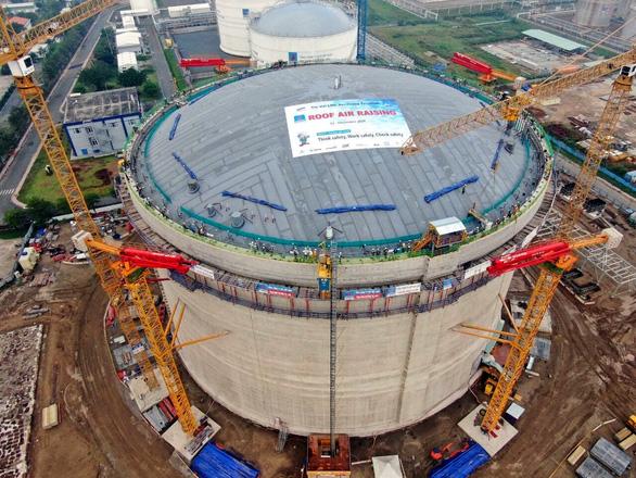 Nâng, hàn thành công mái bồn kho chứa khí nặng gần 1.000 tấn - Ảnh 1.