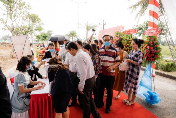 Sôi động giao dịch tại lễ cất nóc nhà phố thương mại Ha Tien Centroria - Ảnh 1.