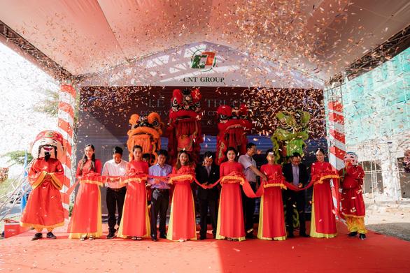Sôi động giao dịch tại lễ cất nóc nhà phố thương mại Ha Tien Centroria - Ảnh 3.