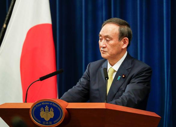 Thủ tướng Suga bị chỉ trích do dự tiệc tất niên dù kêu gọi mọi người tránh tụ tập - Ảnh 1.