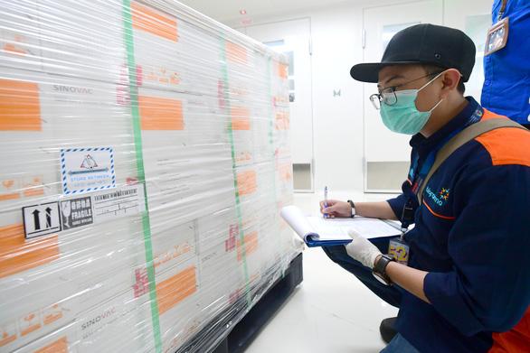 Indonesia lo vắc xin COVID-19 miễn phí cho dân như thế nào? - Ảnh 1.