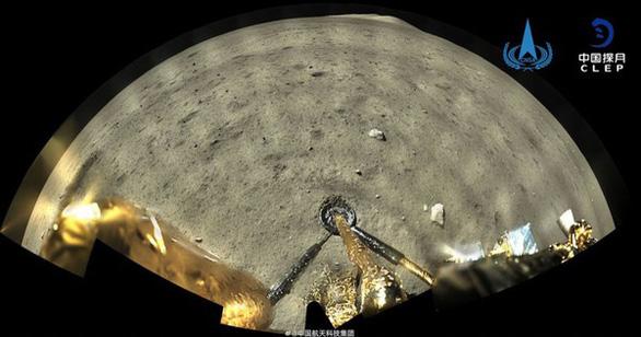 Tàu khám phá Mặt Trăng của Trung Quốc trở về mang theo 2kg đá - Ảnh 2.